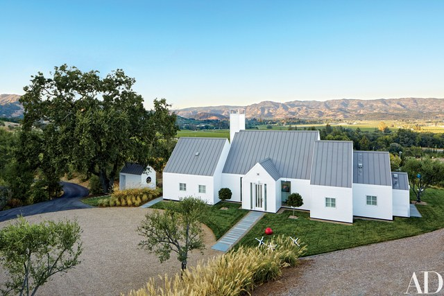 Model rumah klasik modern Pavilion-Style Napa Valley karya Hugh Newell Jacobsen [Sumber: architecturaldigest.com]