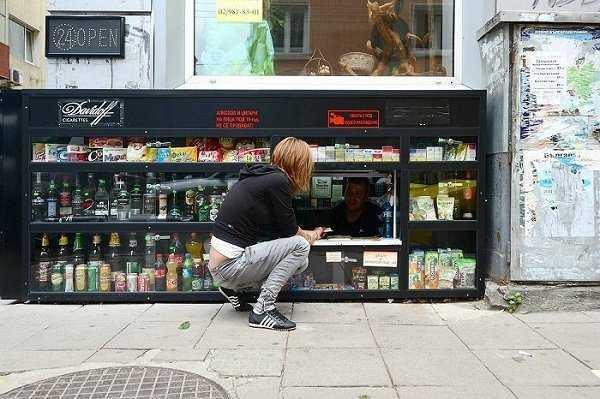 Kios unik di Sofia. Pembali harus jongkok untuk membeli barang (Sumber: kaskus.co.id)