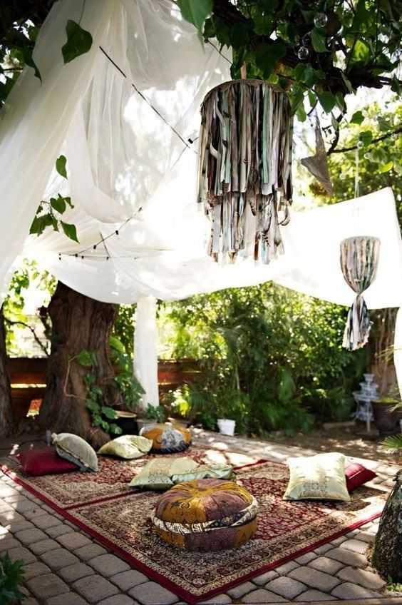 Aksesoris. Ciri lain dari interior gaya bohemian adalah penggunaan pernak pernik unik seperti bantal warna-warni. Bantal merupakan elemen yang paling banyak digunakan. Aksesoris lain yang kerap digunakan adalah aksesoris etnik seperti patung, lukisan abstrak, kain yang menjuntai, pernak pernik motif flowering dan motif tribal.