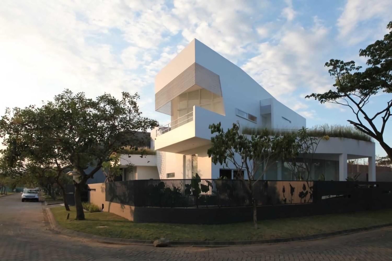 IPCW Residence di Surabaya karya Ivan Priatman Architect tahun 2013 (Sumber: arsitag.com)