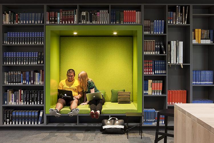 Rak sekaligus ruang baca (Sumber: archdaily.com)