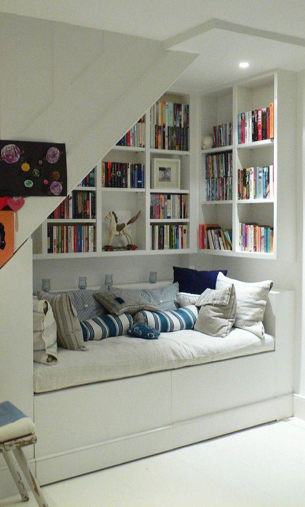 Ruang baca di bawah tangga (Sumber: pinterest.com)