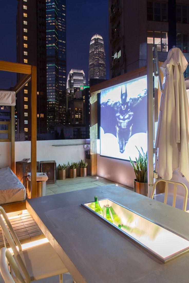 Desain taman rooftop sinema apartemen Hollywood Road di Hong Kong Karya Liquid Interiors [Sumber: habitusliving.com]