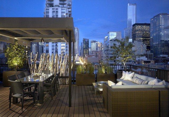 Desain taman atap dengan ruang makan outdoor [Sumber: architectureartdesigns.com]