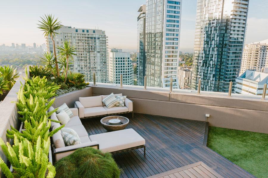 Ruang tamu rooftop garden Avalon house karya Archiblox [Sumber: australiandesignreview.com]
