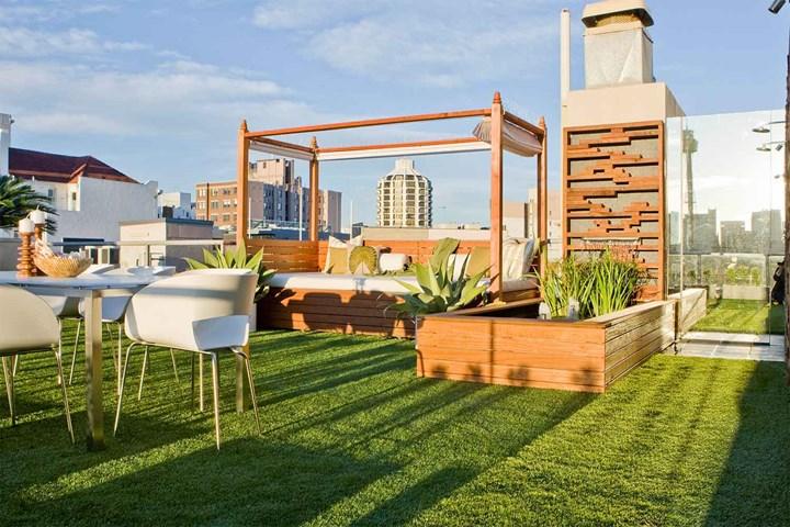 Jenis taman atap dengan tempat tidur outdoor [Sumber: homebeautiful.com.au]