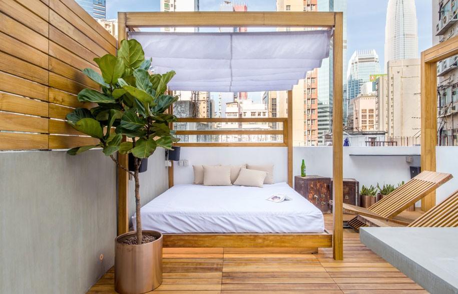 Bagi Anda yang menikmati beristirahat di ruang terbuka, Anda dapat menciptakan dekorasi tempat tidur di taman atap yang unik.