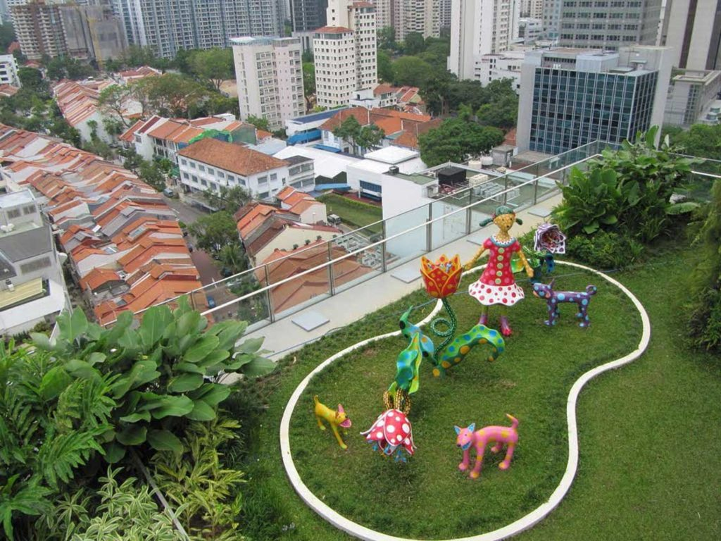 Desain taman atap dengan area bermain anak [Sumber: loyalwoods.com]