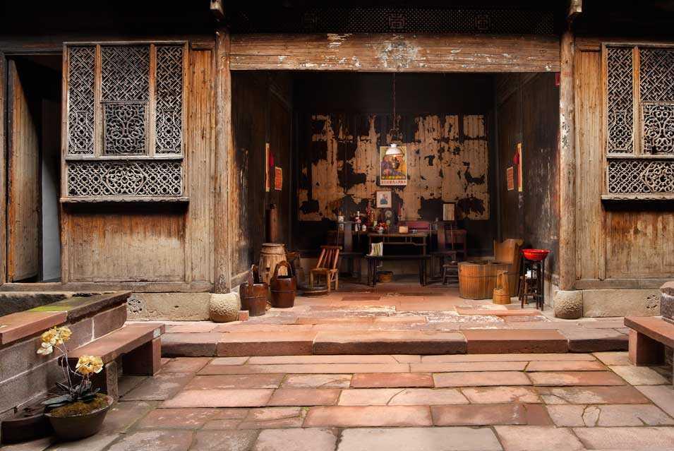 Material kayu menjadi karakteristik arsitektur tradisional Cina (Sumber: pinterest.com)