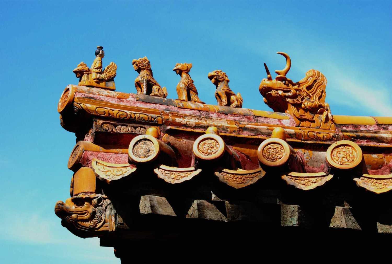 Atap tradisional dengan hiasan patung (Sumber: www.yidongdianyuan.org)