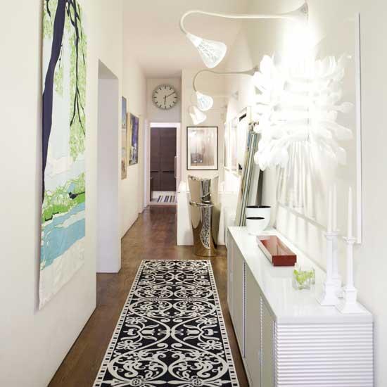 3. Kabinet.Selasar yang cukup lebar bisa digunakan untuk meletakkan kabinet yang cukup panjang. Perpaduan kabinet, pencahayaan, karpet, dan berbagai lukisan menghilangkan kesan selasar yang biasanya membosankan, sekaligus selasar menjadi fungsional.