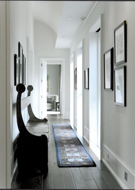1. Karpet. Pemanfaatan karpet berpola horizontal pada selasar yang panjang akan membuat kesan lebih lebar. Jika tidak mendapatkan karpet yang cukup panjang, jahitlah beberapa karpet untuk menyatukannya.