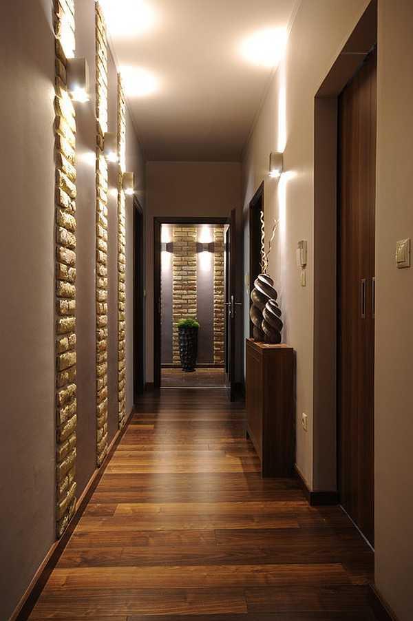 4. Pencahayaan. Tidak bisa dipungkiri lagi, pencahayaan merupakan elemen arsitektur yang penting. Apalagi dalam selasar yang tidak berjendela, desain pencahayaan menjadi keharusan. Downlighting yang tepat akan semakin menonjolkan dan memperindah material dinding, lantai, dan plafond yang digunakan.