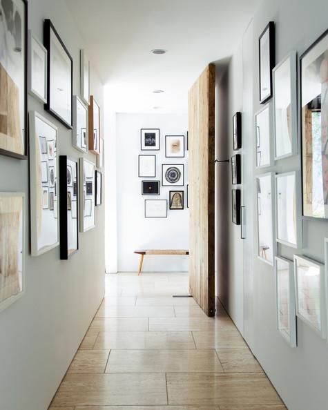 8. Cermin dengan frame.Jika Anda menginginkan selasar berkesan seperti galeri, tetapi belum tahu tema gambar yang ingin ditampilkan, pergunakanlah cermin dengan frame. Nantinya keberadaan cermin bisa dimanfaatkan sebagai perletakan foto/lukisan, atau pun menambah pencahayaan dan kesan lebih luas di selasar yang kecil dan panjang.