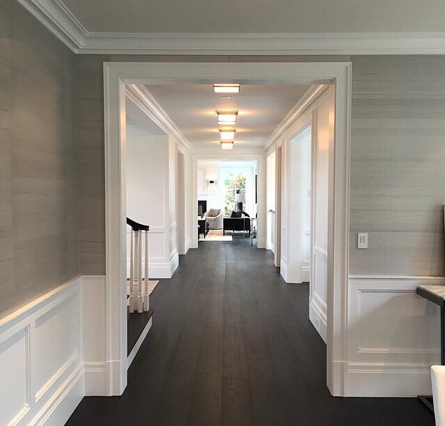 5. Panel dinding.Panel dinding pada selasar menjadi elemen desain dekoratif yang penting, sekaligus melindungi dinding dari kerusakan akibat benturan , apalagi area ini sering dilewati. Padu padankanlah warna panel dengan dinding untuk memberi kesan kontras ataupun komplementer.