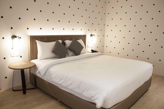 Lampu dinding (sconce lighting) juga merupakan pilihan terbaik karena menjaga meja Anda tetap rapi dan bersih, serta dapat diposisikan untuk memberikan pencahayaan yang optimal apabila Anda ingin membaca di tempat tidur.