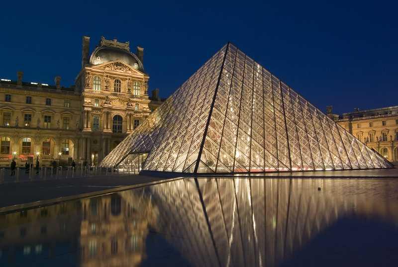 Pada abad ke 20, kemunculan arsitektur modern juga membawa pengaruh pada arsitektur Perancis. Salah satu arsitek paling terkenal yaitu Le Corbusier merancang beberapa bangunan bergaya modern di Perancis. Salah satu bangunan modern yang terkenal adalah piramida de Louvre karya I.M.Pei. De Louvre terbuat dari kaca dan besi untuk struktur bangunannya. Salah satu ciri dari arsitektur modern adalah penggunaan material dari bahan fabrikasi seperti kaca, baja, atau stainless.