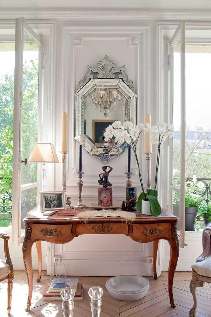 "Furnitur vintage. Dalam gaya interior Perancis, kadang barang-barang usang dan tua disandingkan dengan barang-barang yang baru. Anda dapat pula memindahkan furnitur yang sudah lama ke tempat lain, agar mereka mendapatkan ""cahaya"" baru. Mungkin Anda dapat juga berburu barang antik ke pasar loak untuk menambah kesan vintage di rumah."