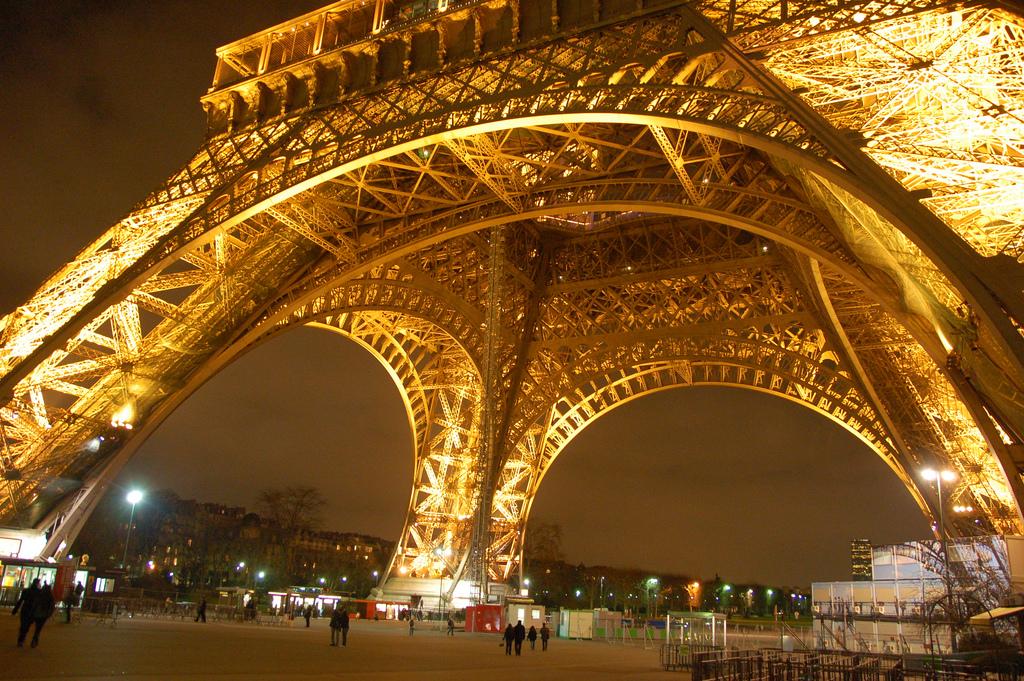 Jika berbicara mengenai arsitektur Perancis, kita tidak akan bisa lepas dari menara Eiffel yang terkenal di seluruh dunia. Menara Eiffel merupakan karya yang paling fenomenal dari Gustave Eiffel, seorang arsitek yang telah mendesain banyak jembatan pada abad ke 19.