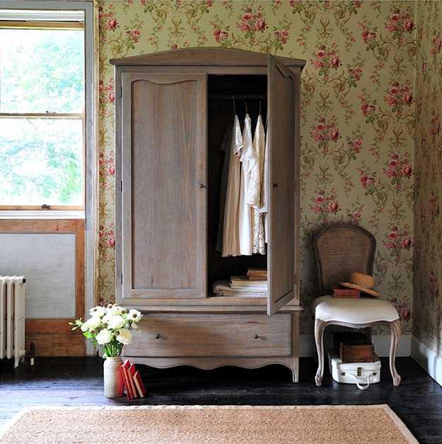 Lemari Armoire. Lemari bergaya Perancis bisa dibilang sangat murah jika dibandingkan dengan lemari buatan Amerika. Lemari yang digunakan oleh orang Perancis adalah armoire, lemari yang memiliki laci, rak, dan gantungan di dalamnya. Tambahkan lemari ini di kamar tidur Anda untuk menyimpan pakaian atau di kamar mandi untuk menyimpan seprai dan handuk.