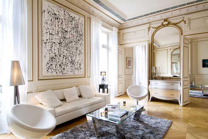 "Tidak banyak hiasan. Orang Perancis tahu nilai dari gaya yang minimalis. Mereka tidak pernah takut akan ruang kosong pada dinding atau lantai rumah mereka. Karya seni yang digunakan biasanya hanya satu dan berukuran besar, atau bahkan tidak ada sama sekali. Mereka juga sering tidak menggunakan karpet pada ruangan, dan hanya mengekspos lantai parket. Jadi, daripada terlalu banyak menambahkan hiasan pada ruangan, coba untuk terapkan kutipan terkenal dari Mies van der Rohe: ""Less is more""."