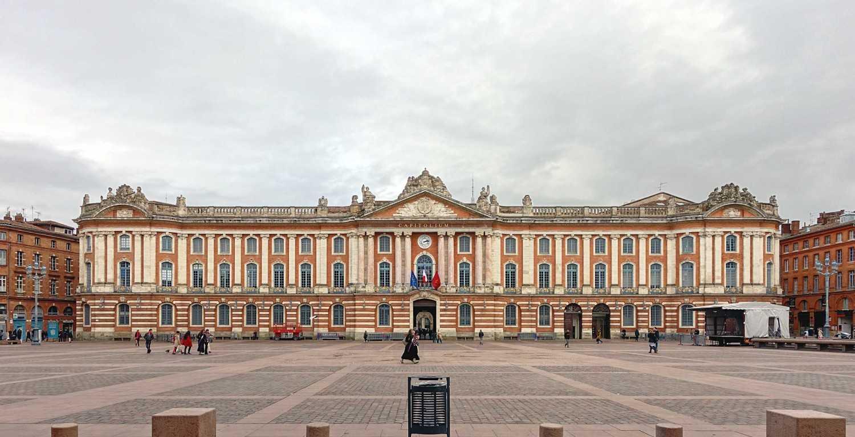 Sebenarnya sebelum muncul arsitektur Gotik, arsitektur Perancis banyak didominasi oleh arsitektur Romawi seperti kebanyakan wilayah di Eropa lainnya. Setalah revolusi industri, banyak bangunan di Perancis yang berubah menjadi gaya Neoklasik. Salah satu contoh bangunannya adalah Pantheon Paris atau Capitole de Toulouse.