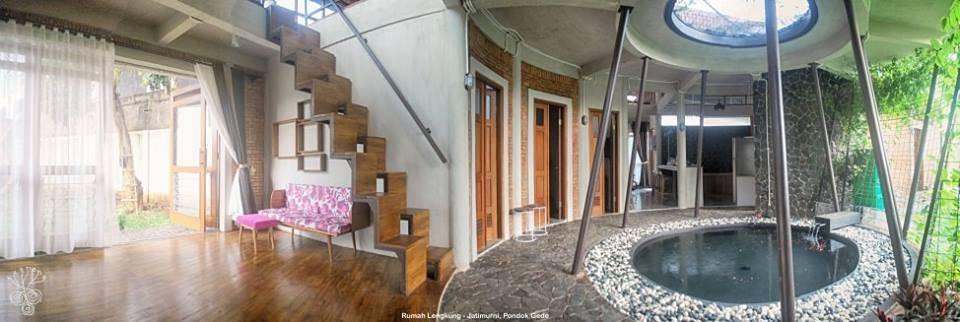 Model tangga rumah sederhana Rumah Lengkung At Pondok Gede karya Akanoma Yu Sing [Sumber: arsitag.com]