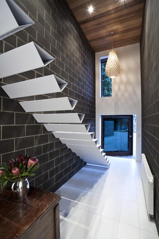 Desain tangga rumah minimalis dengan efek mengambang [Sumber: twistedsifter.com]