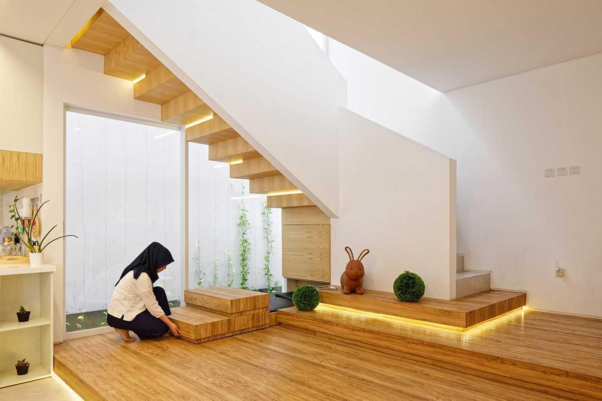 Trik desain tangga rumah minimalis Inset House karyaDelution Architect [Sumber: arsitag.com]