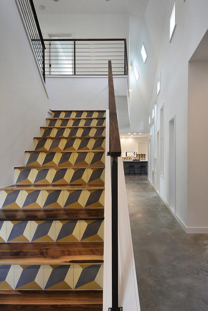 Pola ubin pada desain tangga rumah minimalis [Sumber: hongkiat.com]