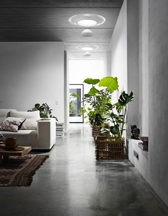 Anda bisa menggunakan alternatif tabung surya (solar tube)yaitu solusi pencahayaan alami yang inovatif berupa pipa cahaya yang terhubung ke atas untuk memasukkan cahaya matahari alami ke dalam rumah. Solusi ini menghemat biaya listrik dan cukup mampu menerangi bagian gelap di dalam rumah.