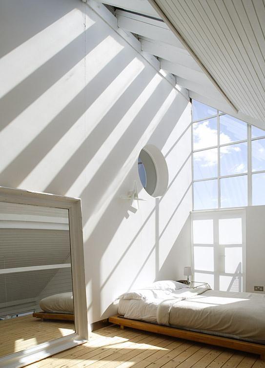 Kita bisa menggunakan sumber cahaya alami yang bebas melimpah untuk mencerahkan dan menghangatkan kamar tidur. Menempatkan bukaan yang lebih tinggi pada dinding atau atap akan membebaskan lebih banyak cahaya alami ke dalam ruang. Arah hadap jendela akan memengaruhi jenis dan warna cahaya yang masuk. Jendela yang menghadap Utara memasukkan cahaya yang menyebar rata lebih ke arah spektrum cahaya biru. Bukaan yang menghadap Selatan dan Barat memasukkan lebih banyak cahaya yang hangat, tetapi dengan kontras yang tinggi. Anda dapat menggunakan sarana modulasi untuk mencegah silau yang tidak diinginkan, panas berlebihan, dan efek negatif sinar ultraviolet.