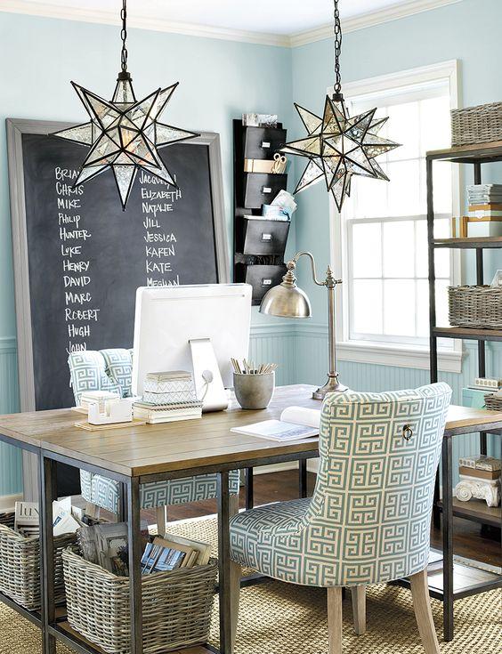 Pencahayaan aksen.Lampu meja berfungsi sebagai aksen yang menonjol di area dinding di dekatnya. Mengatur lampu ini beserta dua jenis lampu lainnya menciptakan unsur gelap dan terang dalam ruangan dan memperkuat seluruh konsep interior yang meneduhkan.