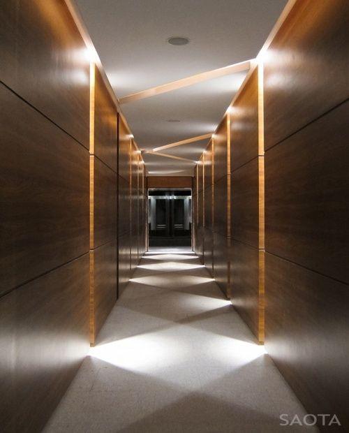 Anda juga bisa menggabungkan berbagai teknik pencahayaan pada area lorong dan sirkulasi untuk mengarahkan gerakan dan menciptakan efek dramatis.