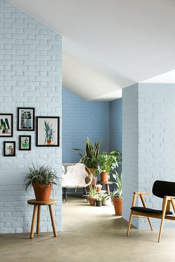 Biru gelap. Warna biru gelap pada dinding bata juga tak kalah cantiknya. Warna ini memberikan kesan kokoh dan sebagai eye-catcher agar bagian dinding yang diekspos menjadi pusat perhatian.