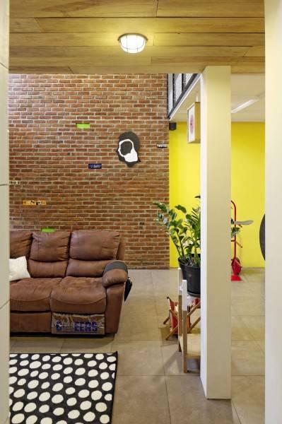 Bata ekspos memberi kesan alami pada dinding. Pengecatan dengan warna putih menerangi tangga beton sebagai akses antara interior dan eksterior, dan menyeimbangkan warna gelap dari beton.
