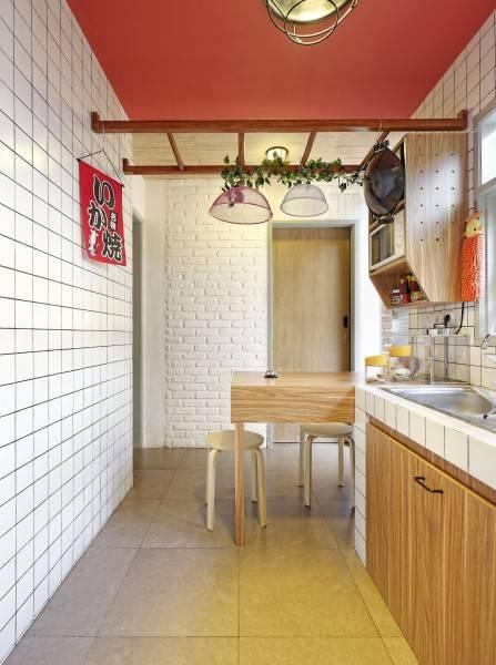 Dinding bata bercat putih akan memberikan kesan alami dan menampilkan tekstur khusus yang bersih dan mencerahkan ruang.