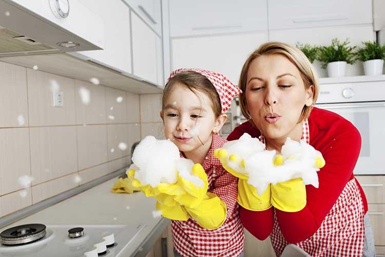 Libatkan anak-anak dan anggota keluarga untuk bersih-bersih (Sumber: atlantaexceptionalcleaning.com)