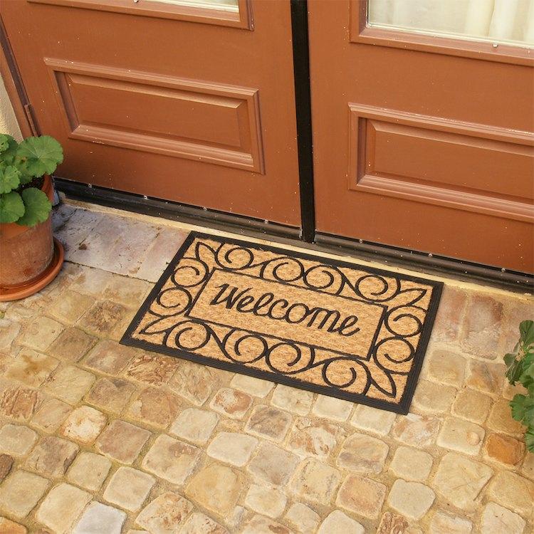 Pasang dua lapis keset di bagian luar dan dalam pintu depan (Sumber: rubbercal.com)