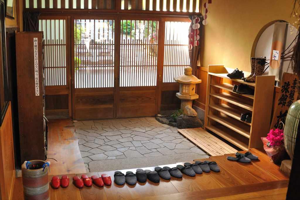 Penempatan arah rumah. Rumah di Jepang biasanya memiliki lokasi di sebelah Utara atau Selatan, dengan ruang utama yang menghadap ke Selatan untuk memastikan sinar matahari dapat masuk dengan optimal sepanjang hari. Pemandangan paling ideal yang dicari dari setiap rumah di Jepang adalah pegunungan atau air. Akan tetapi, pemandangan taman di rumah sangat penting. Cahaya alami dianggap sebagai sebuah hak asasi manusia bagi setiap pemilik rumah dan apartemen di Jepang.
