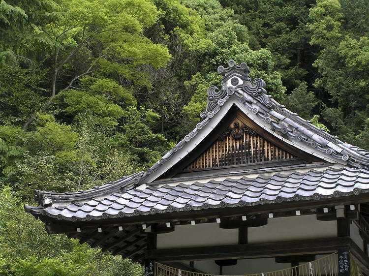 Atap keramik yang luas. Jepang adalah negara dengan curah hujan yang tinggi. Atap rumah di Jepang didesain dengan sistem drainase untuk mengeluarkan air dalam jumlah besar dari dalam rumah. Bentuk atap yang luas mampu melindungi penghuni rumah dengan maksimal saat hujan dan membuat air hujan tidak masuk ke dalam rumah.