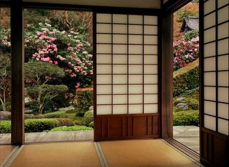 Sedikit penghalang antara indoor dan outdoor. Akses keluar yang mudah, dengan pintu geser yang mudah dibuka dan jendela, merupakan elemen paling penting dalam desain Jepang. Estetika indoor-outdoor ini sangat mempengaruhi arsitek modernis di seluruh dunia.