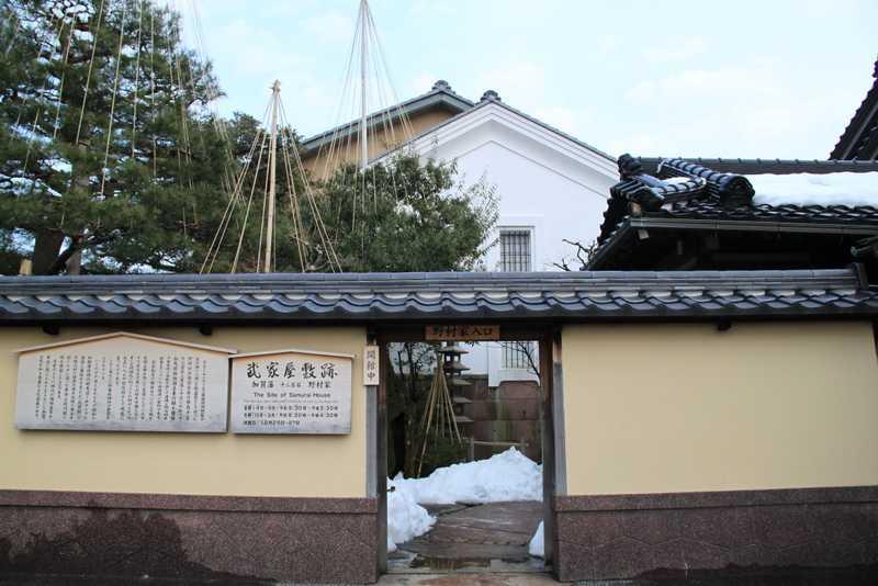 Tembok pelindung rumah. Privasi dari tiap rumah di kompleks perumahan biasanya dipisahkan dengan dinding di luar rumah. Blok beton adalah bahan yang paling umum digunakan untuk membuat dinding di luar rumah, baik di kota-kota ataupun di desa-desa. Akan tetapi, beberapa rumah besar di Kyoto sering menggunakan dinding batu dengan pagar kayu di atasnya.