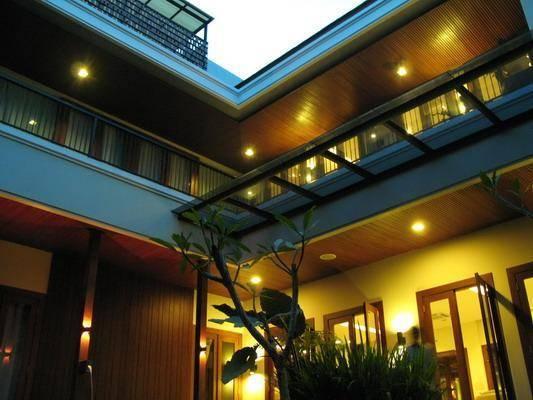 Balinese Modern House at Pantai Indah Kapuk Karya Julio Julianto (Sumber: arsitag.com)