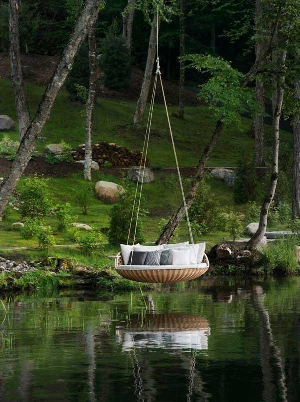 16. Desain ruang gantung. Ada sensasi yang ajaib ketika merasa seperti mengambang di atas perahu atau melayang di udara. Ruang luar ini memiliki semua yang kita butuhkan—sebuah kasur rotan yang tampaknya seperti mengapung di atas air, memberikan kesan privasi dan refleksi.