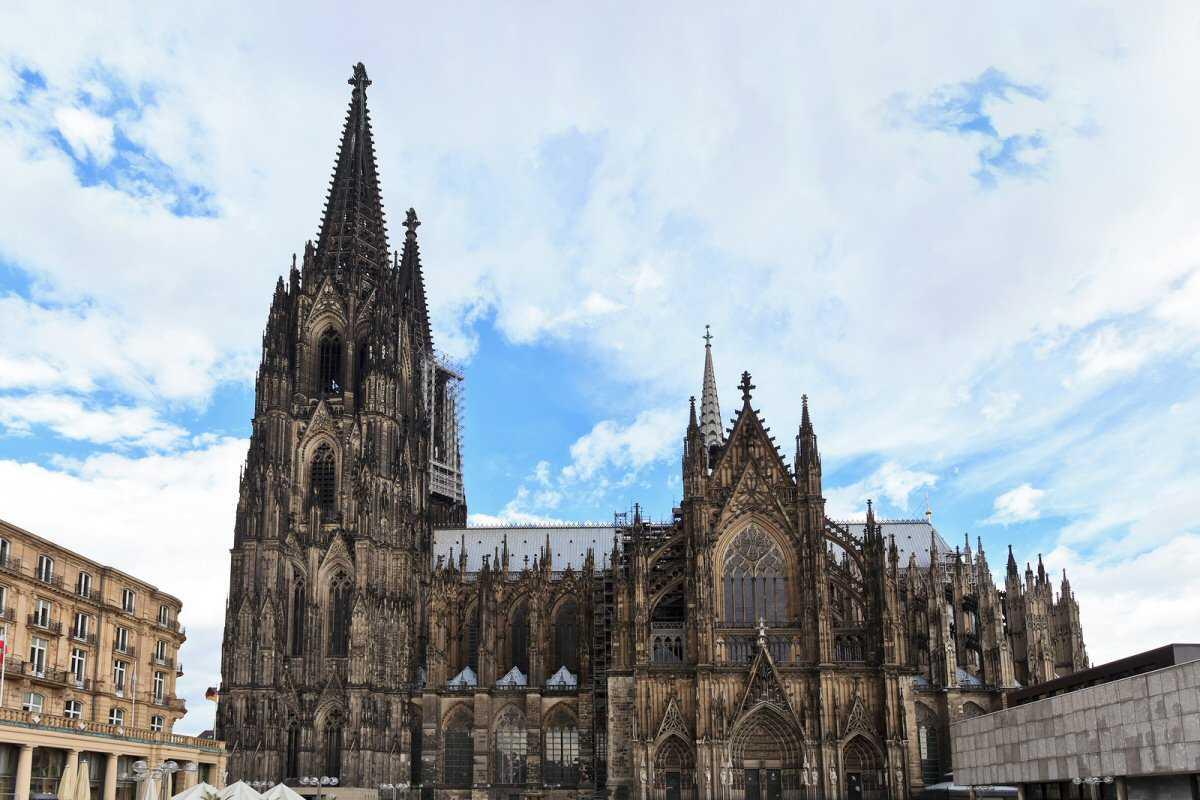 Ujung lancip pada eksterior. Bangungan yang tinggi, megah, dan menara dengan ujung yang lancip pada gereja identik dengan arsitektur Gotik. Dekorasi pada tampilan façade dibuat dengan sangat detail. Karakteristik ini sangat bertolak belakang dengan gaya arsitektur Romanesque yang datar dan bangunan yang tidak terlalu tinggi.
