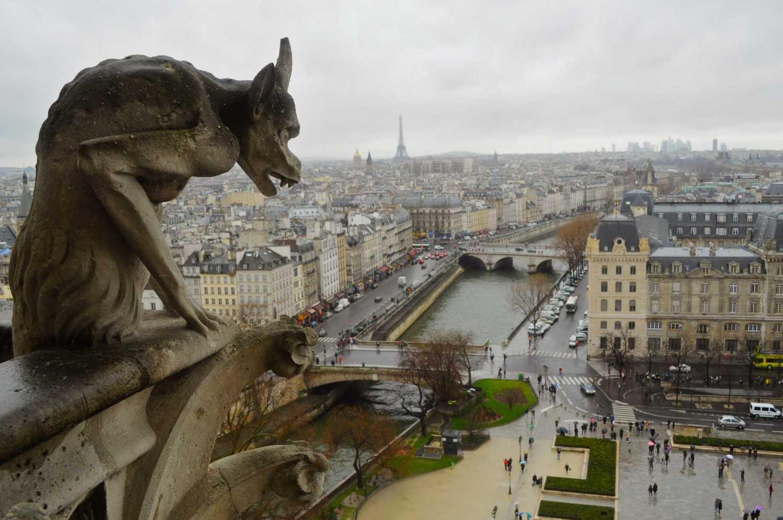Gargoyle. Gargoyle merupakan sebuah monster kecil yang biasanya diletakkan di sepanjang atap atau benteng bangunan dan istana. Gargoyle digunakan sebagai sistem drainase air hujan yang jatuh dari atap bangunan dan kemudian keluar dari mulut mereka. Tujuan lain dari penggunaan Gargoyle adalah menakut-nakuti petani jahat pada abad pertengahan