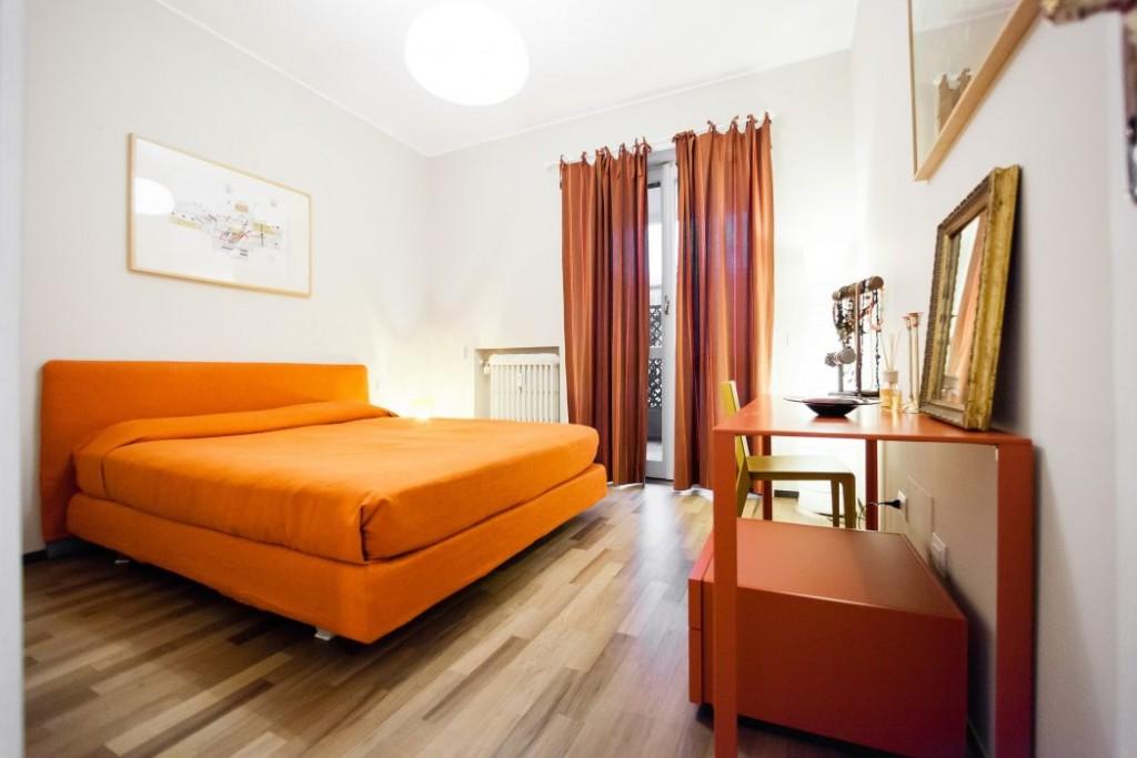 Kamar Tidur dengan Nuansa Orange (Sumber: desaininterior.me)