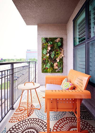 Balkon Simple dengan Nuansa Orange (Sumber: hzcdn.com)
