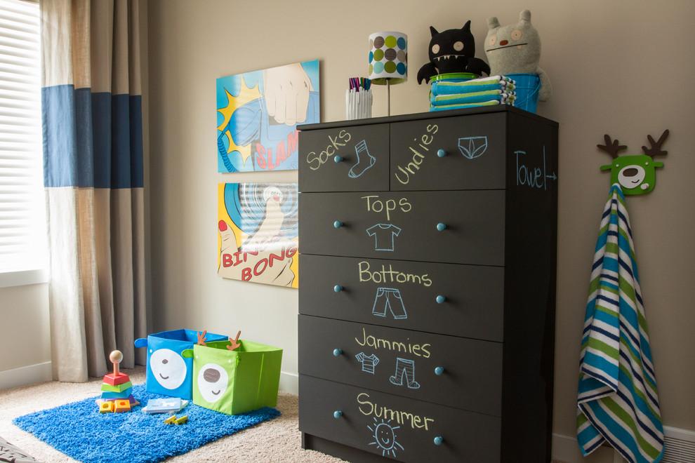 Untuk anak-anak yang belum bisa membaca, buatlah keterangan dengan gambar ataupun stiker untuk menjelaskan benda-benda yang ada di dalam lemari atau pun kotak. Tuliskan pula namanya agar anak juga bisa mengenal huruf dan belajar membaca.